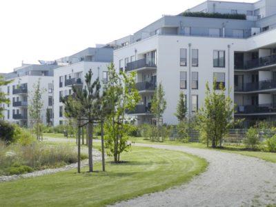 Kiesweg im öffentlichen Park Moosach, angrenzenden an eine neu entstandene Wohnsiedlung