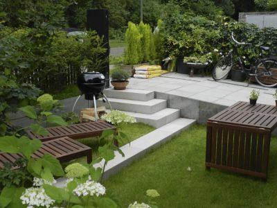 Hausgarten mit Treppe zur Verbindung der beiden unterschiedlichen Höhenniveaus