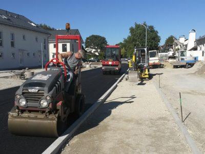 Bauarbeiter beim Asphaltieren