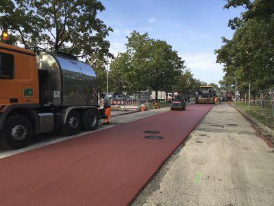 Das Bild zeigt eine neu asphaltierte Straße.